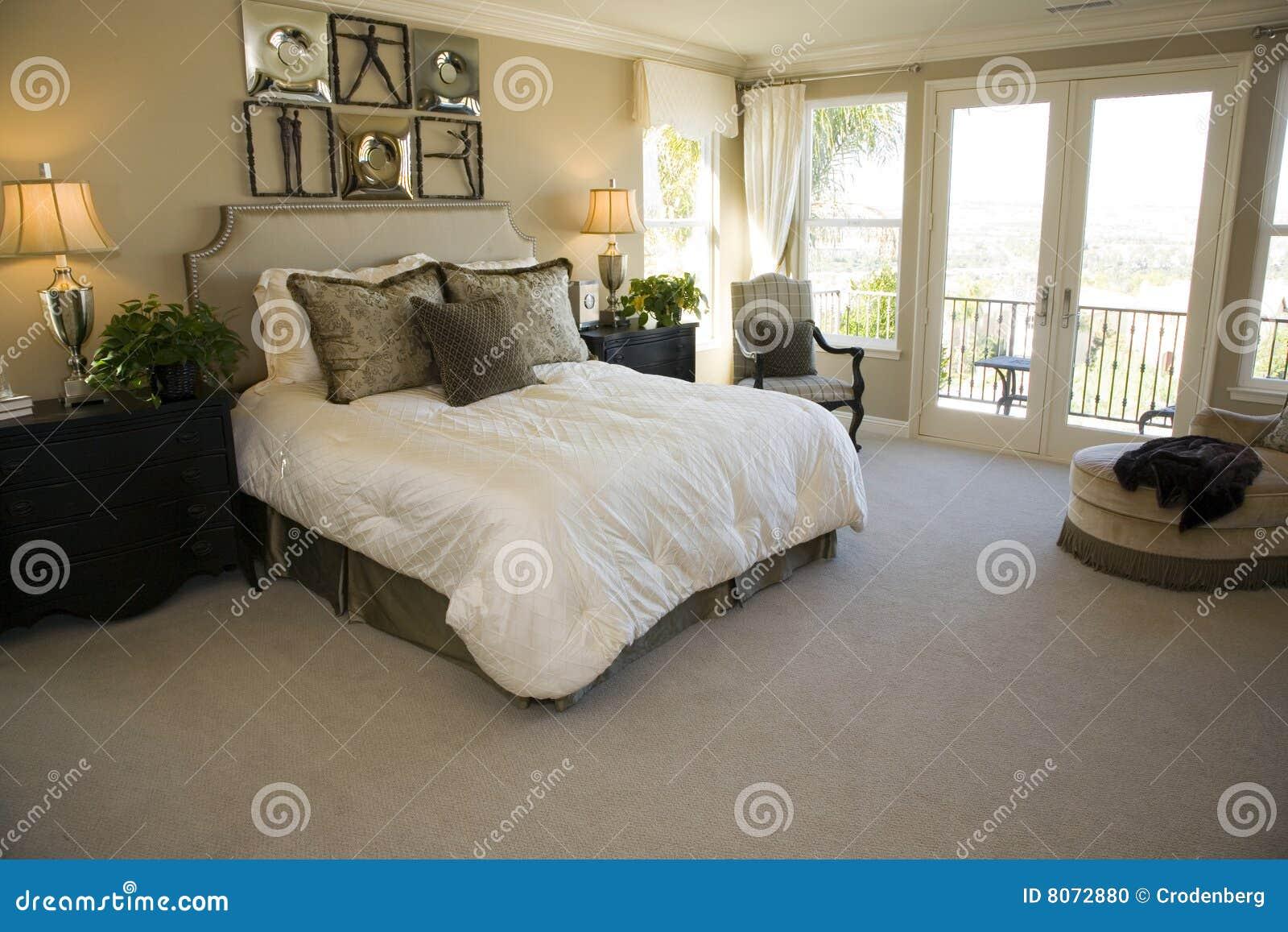 Dormitorio de lujo espacioso.