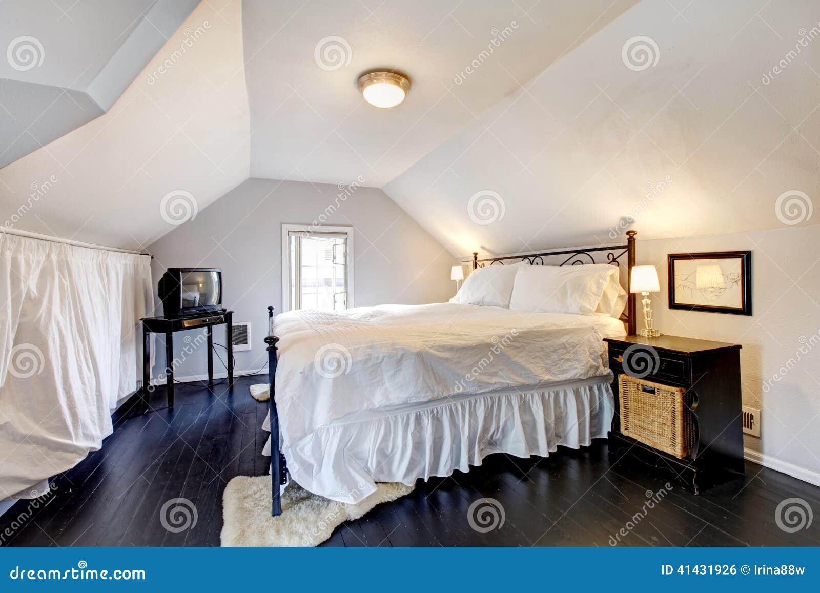 Dormitorio De Velux En Casa Vieja Con Muebles Antiguos Foto de ...