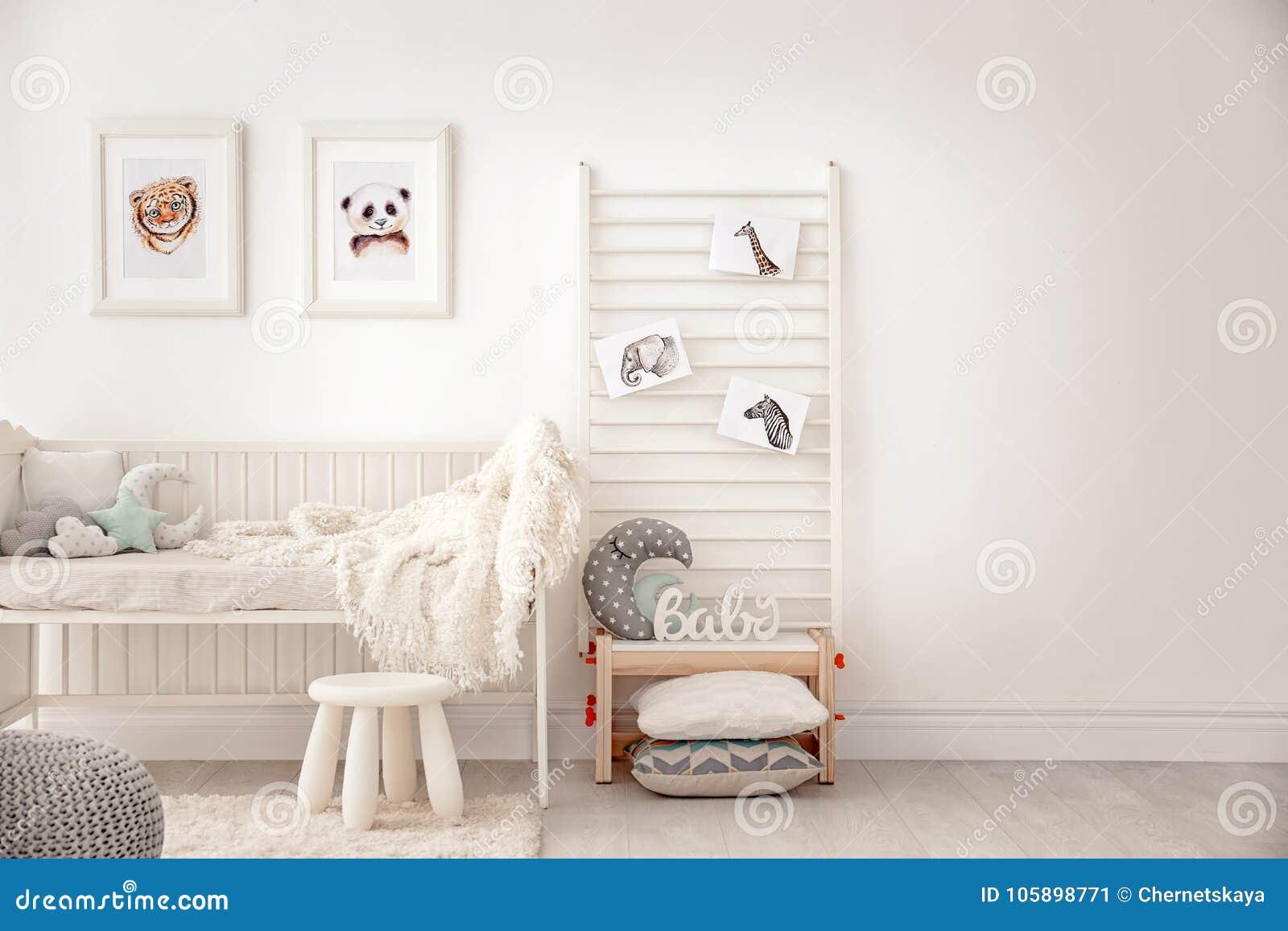 Dormitorio del bebé adornado con las imágenes