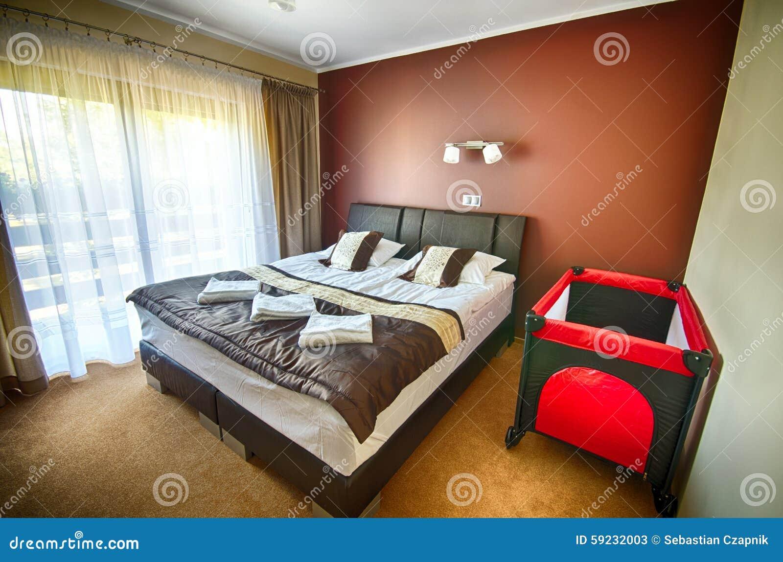 Dormitorio del hotel con el parque de niños