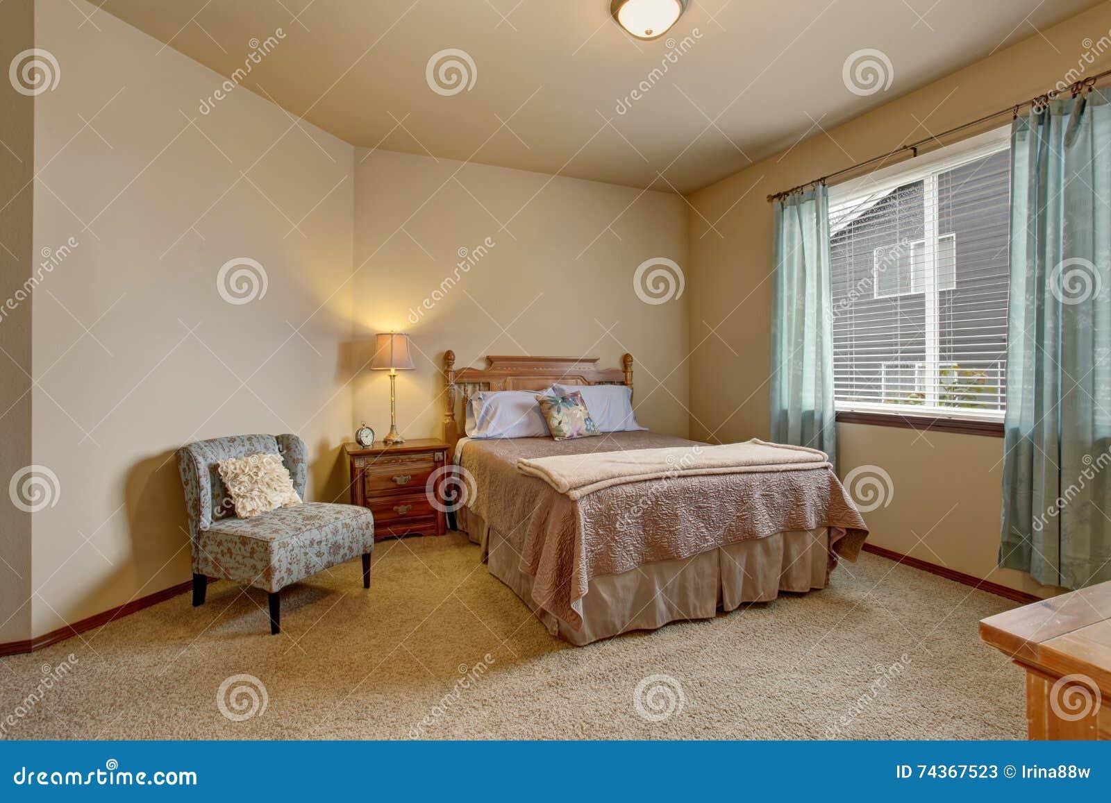 Dormitorio Elegante En Colores Suaves Con Las Cortinas Azules Y La