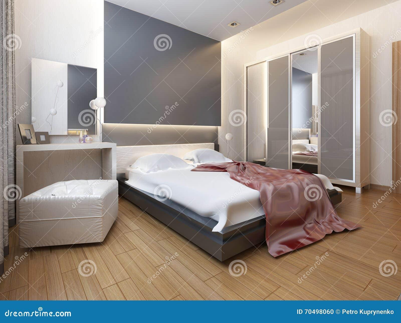 Dormitorio en luz oriental del estilo con las flores rojas y amarillas