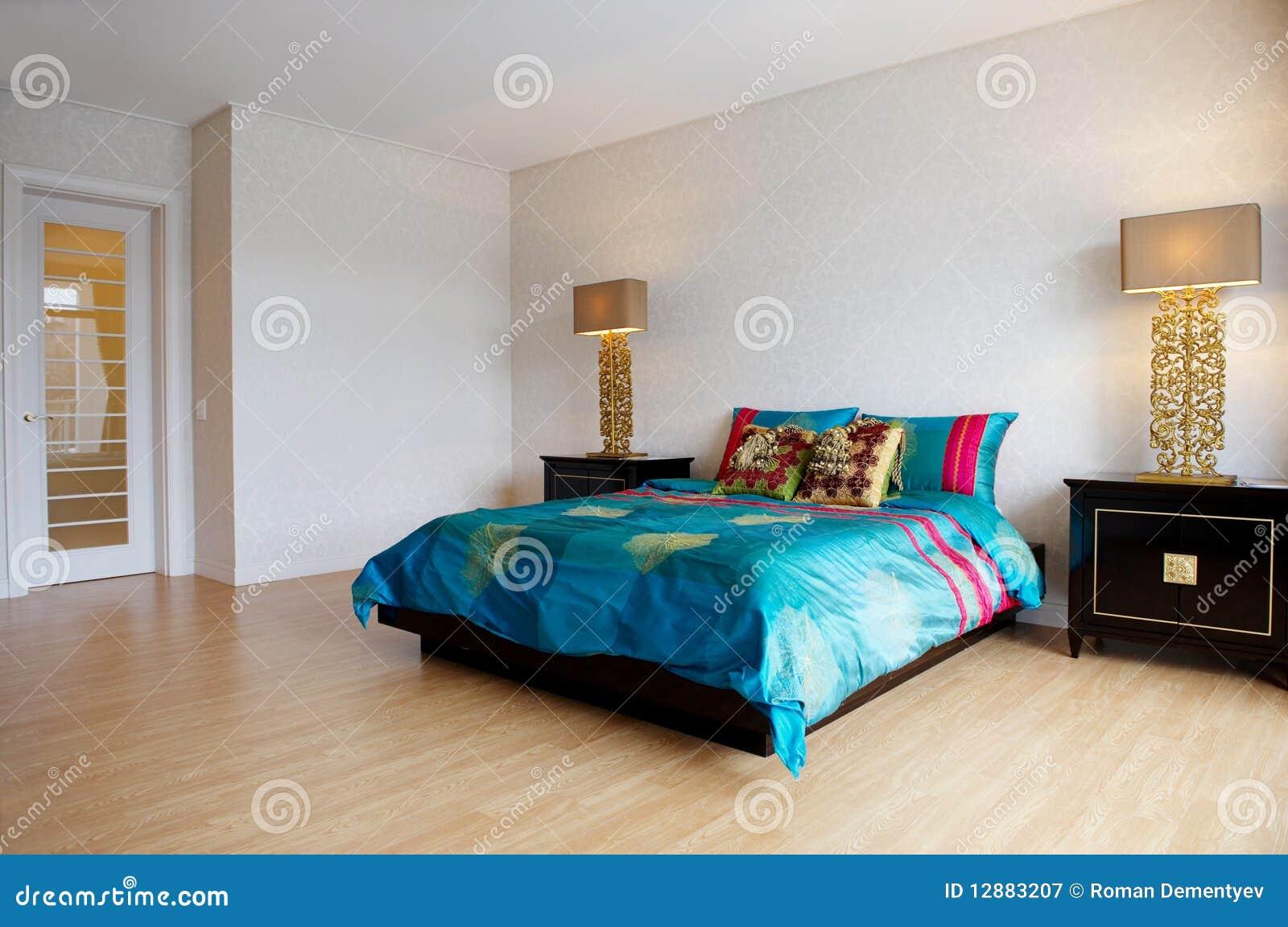 Dormitorio espacioso con muebles modernos