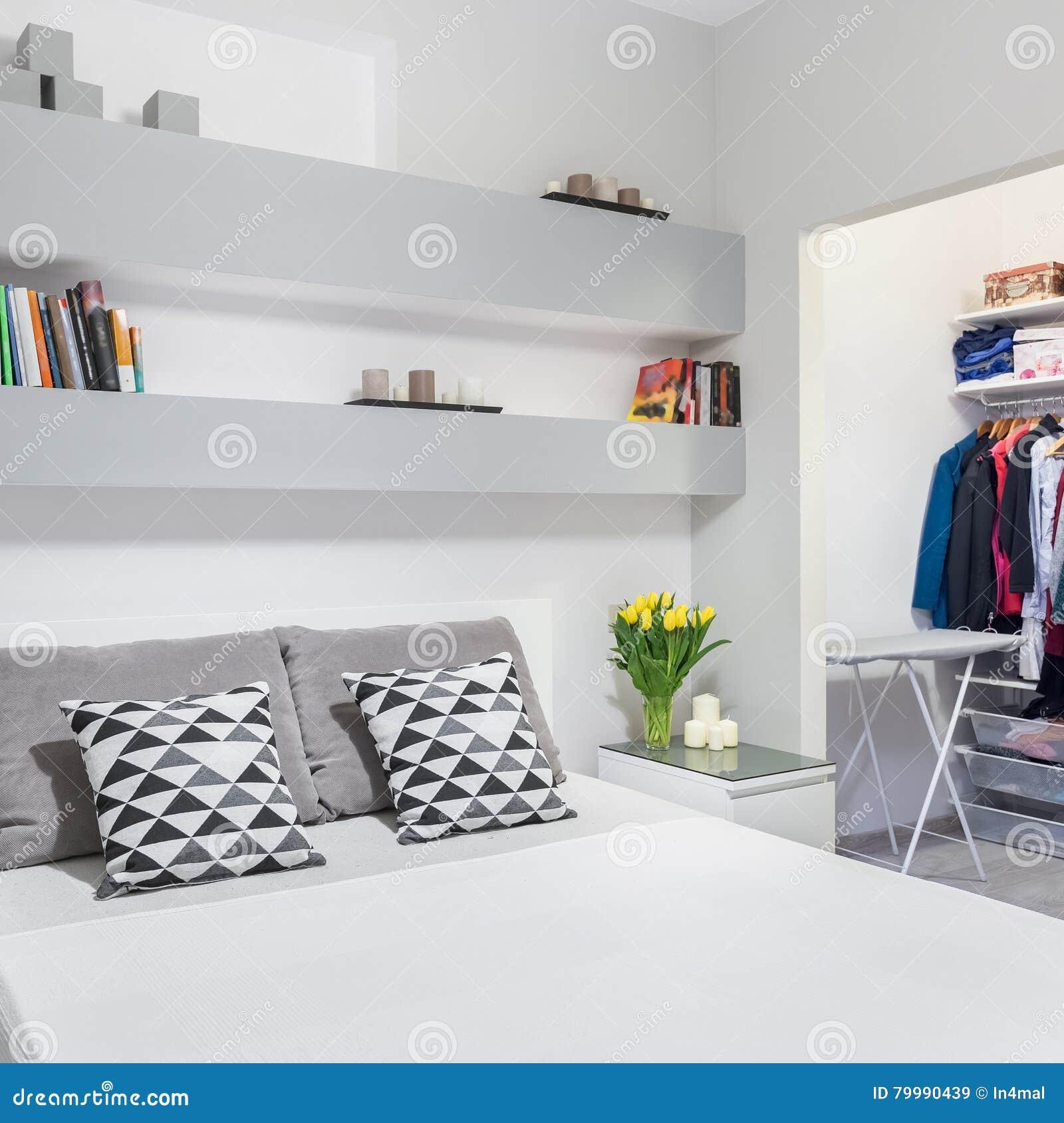 Dormitorio funcional con el guardarropa