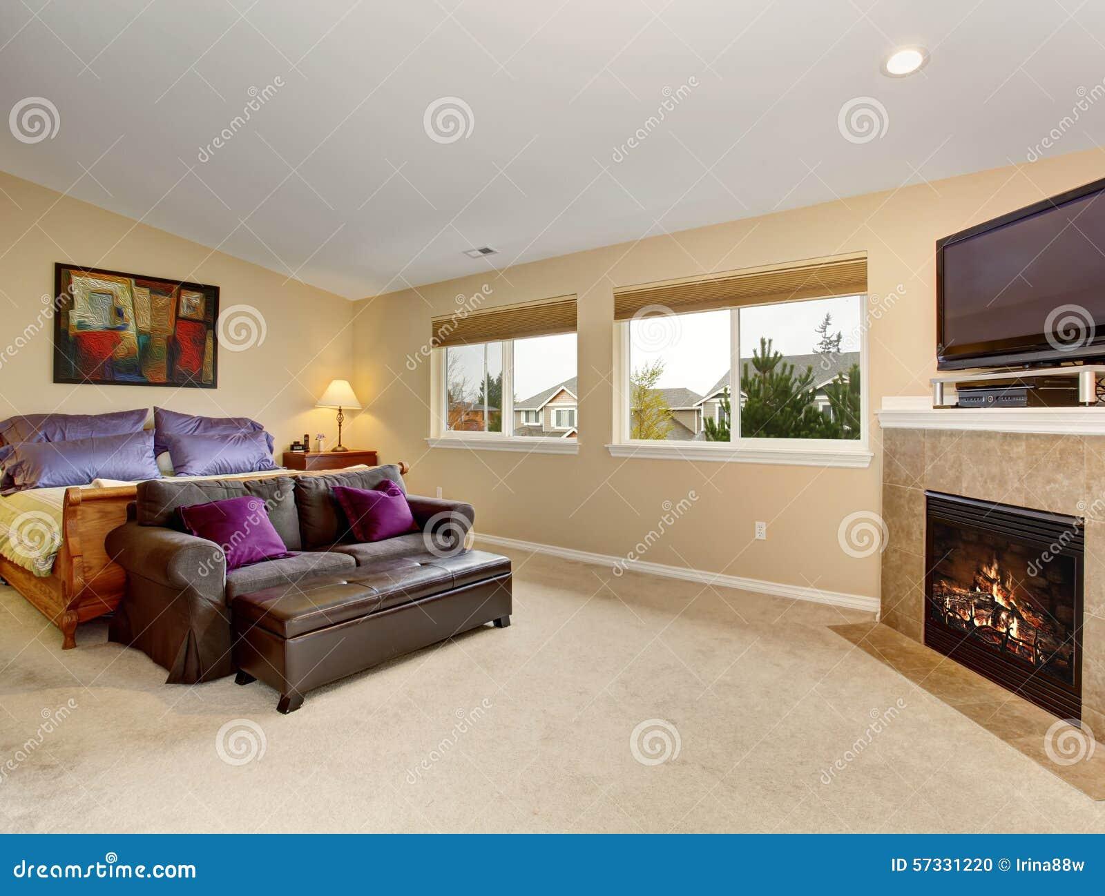 Dormitorio grande con la chimenea y la tv foto de archivo imagen de edificio alfombra 57331220 - Chimeneas con television ...