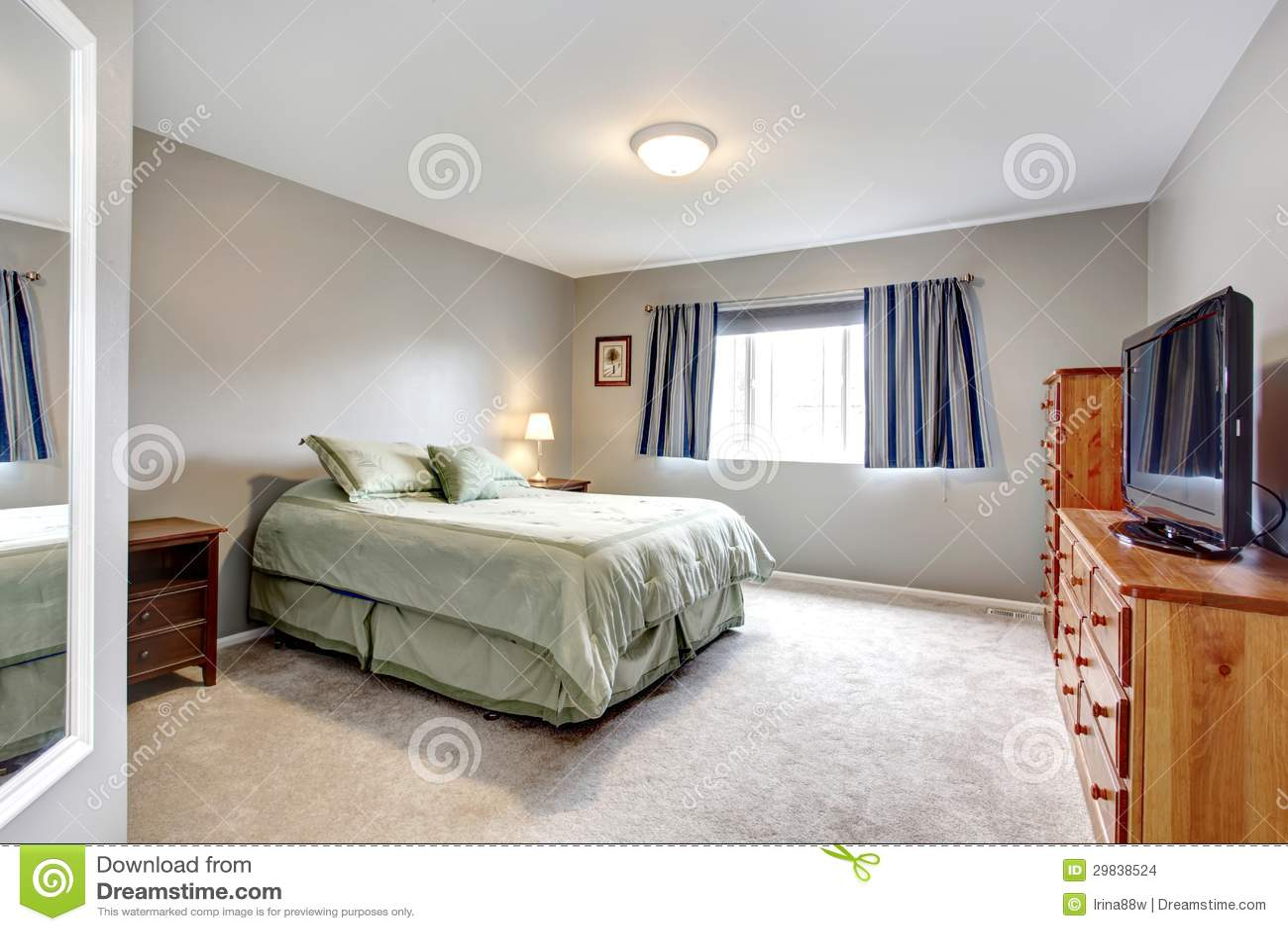 Dormitorio gris grande con el aparador la tv y las for Dormitorio azul y gris