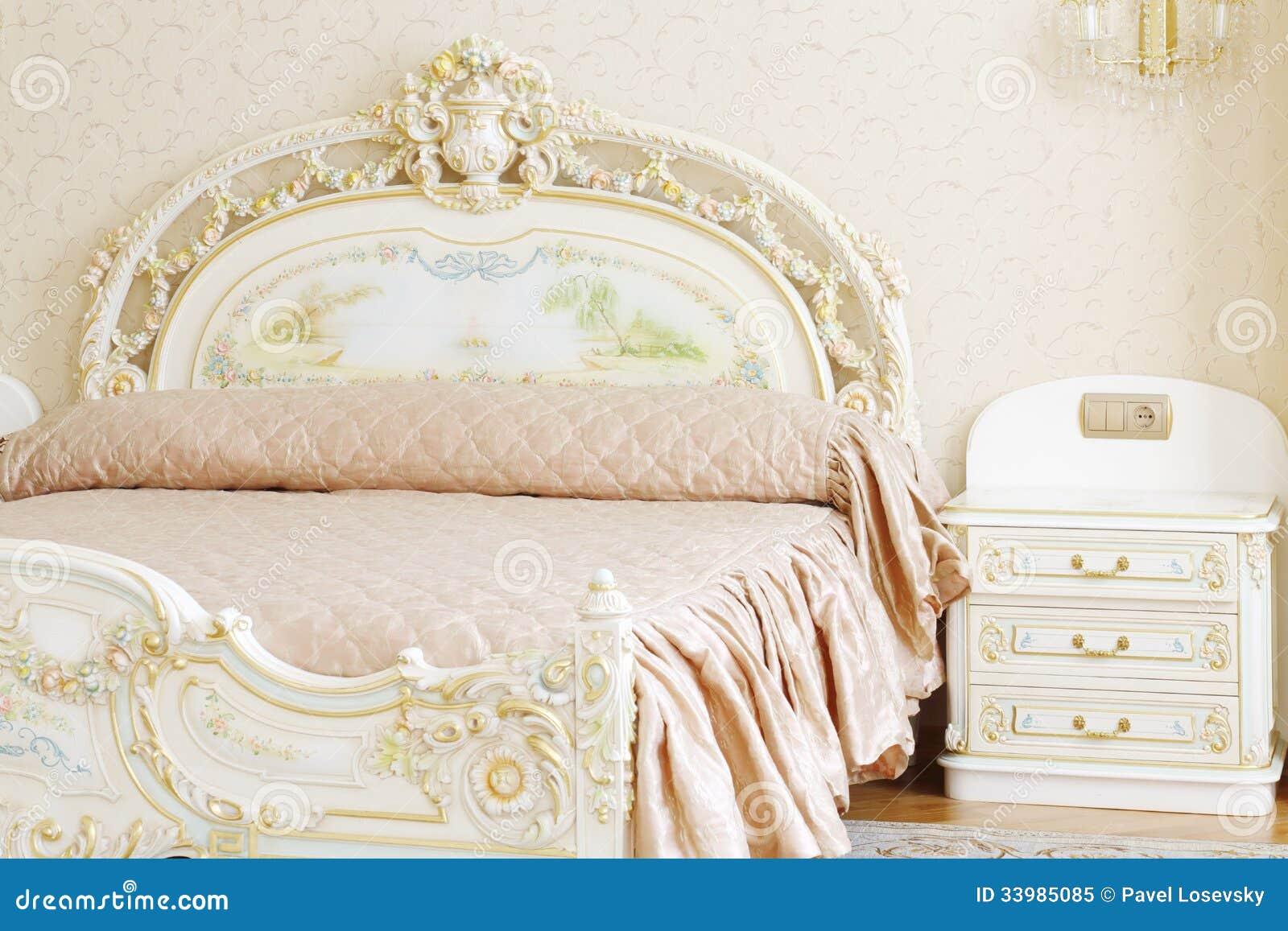 Dormitorio Lujoso Con La Cama Matrimonial Y La Tabla De Cabecera ...