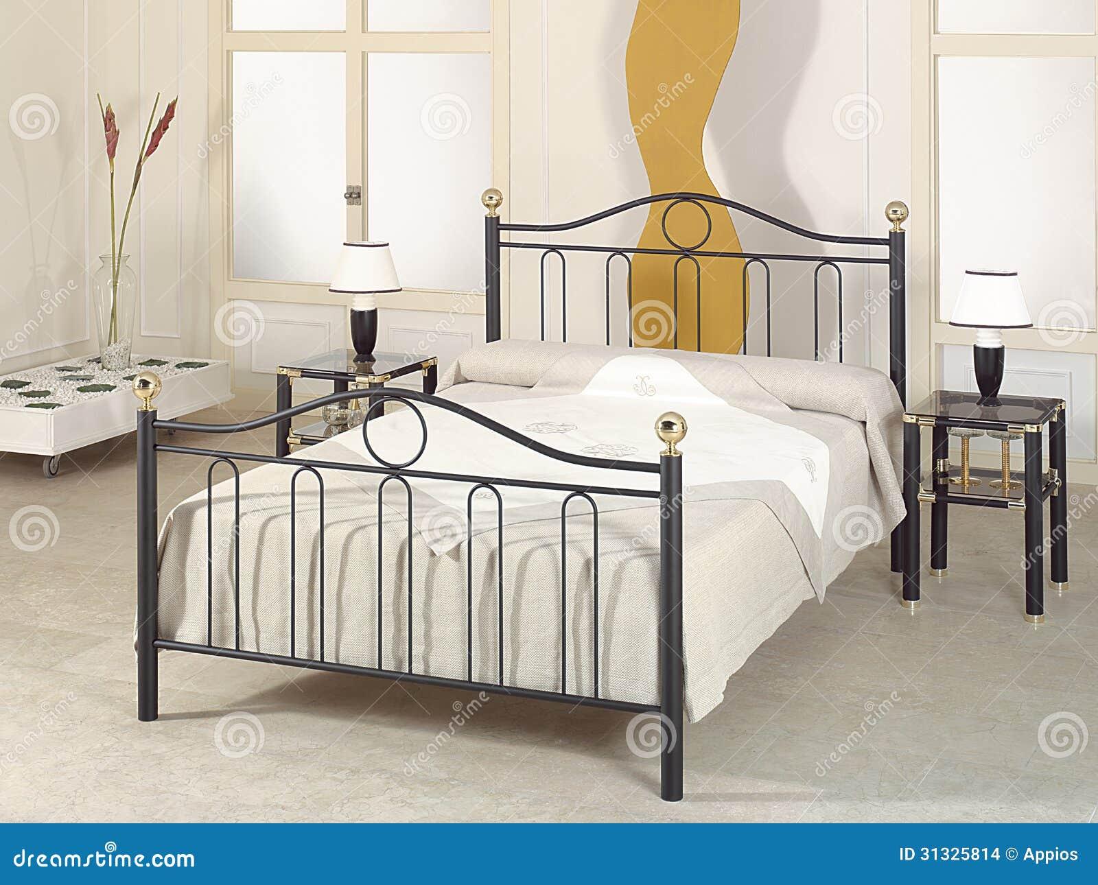 Dormitorio moderno con muebles del metal foto de archivo for Muebles encantadores del pais elegante