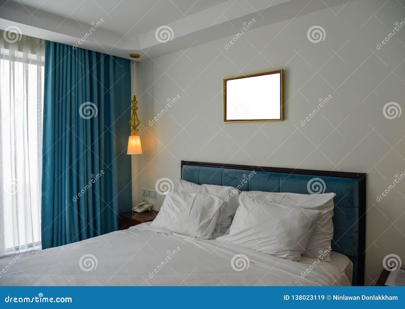 Dormitorio moderno en el hotel de lujo