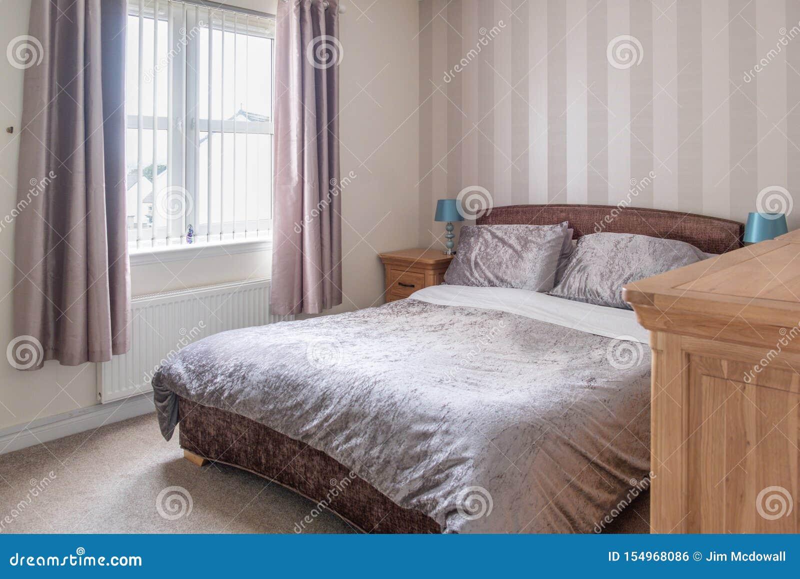 Dormitorio moderno en la urbanización escocesa adornado en colores modernos suaves