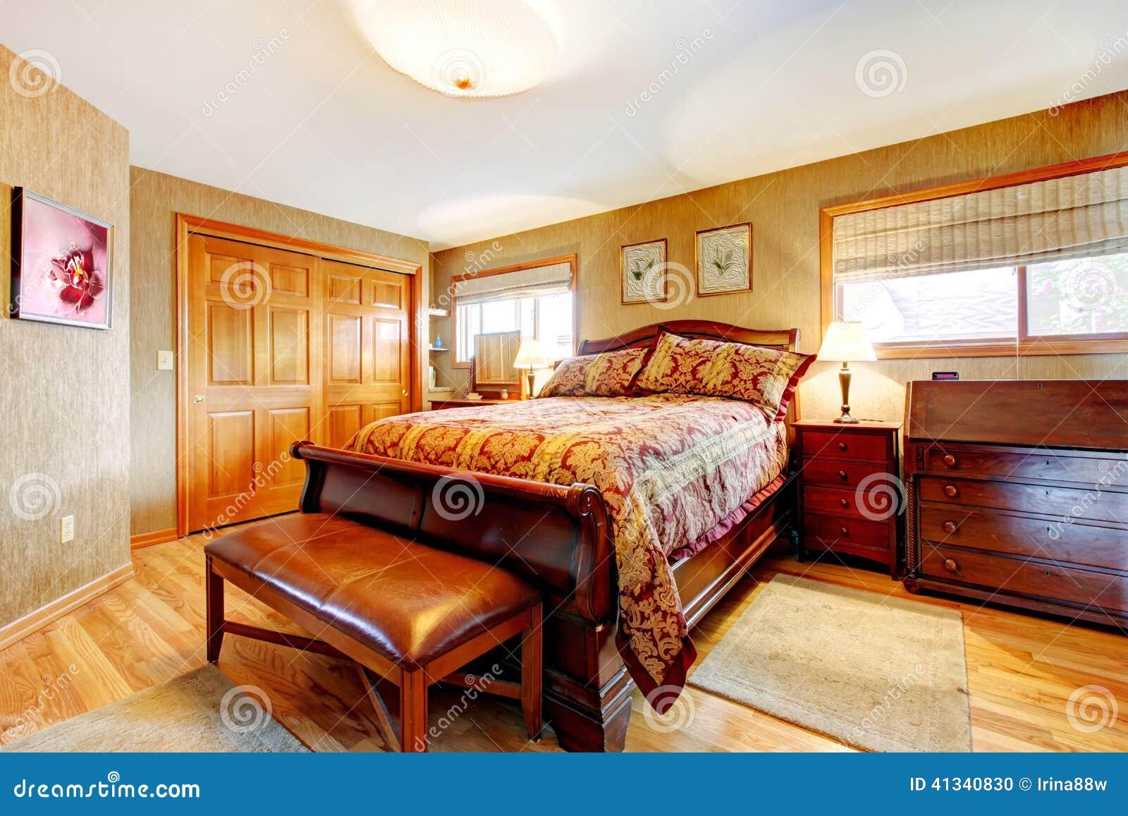 dormitorio rico con el sistema de los muebles antiguos