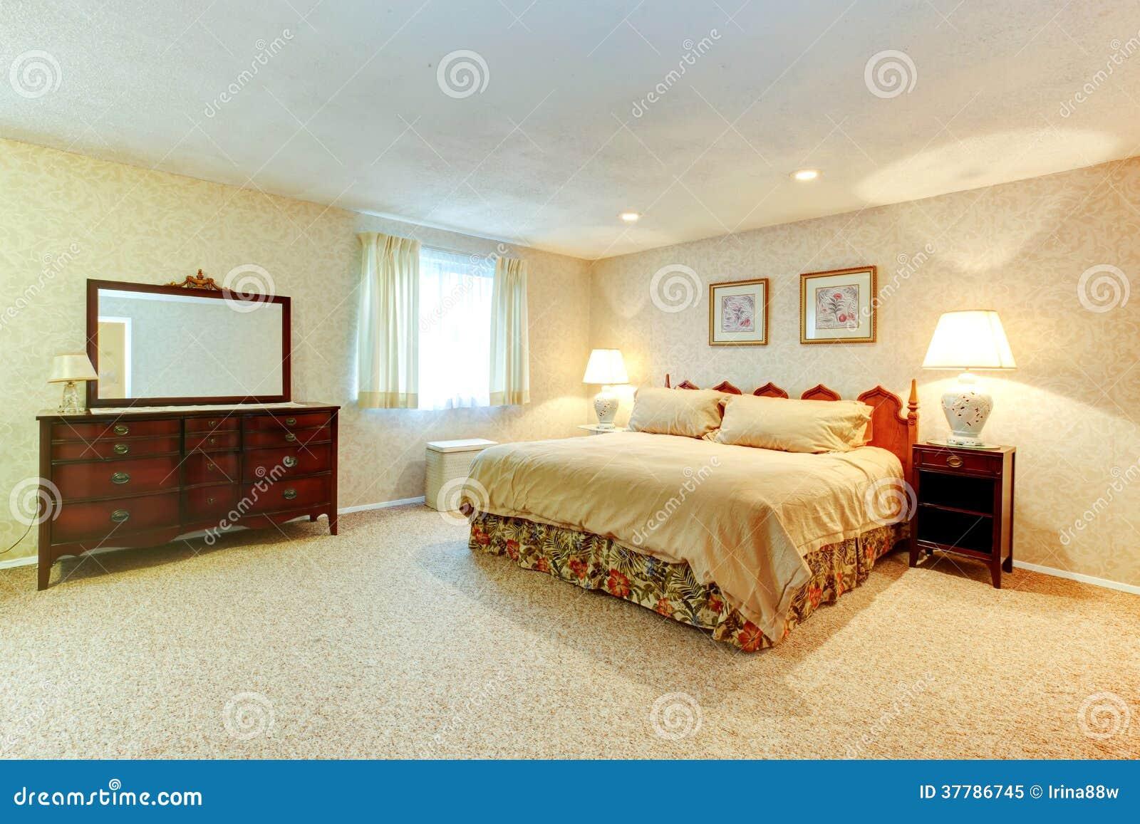 Dormitorio suave de los colores con muebles antiguos foto for Muebles de dormitorio antiguos