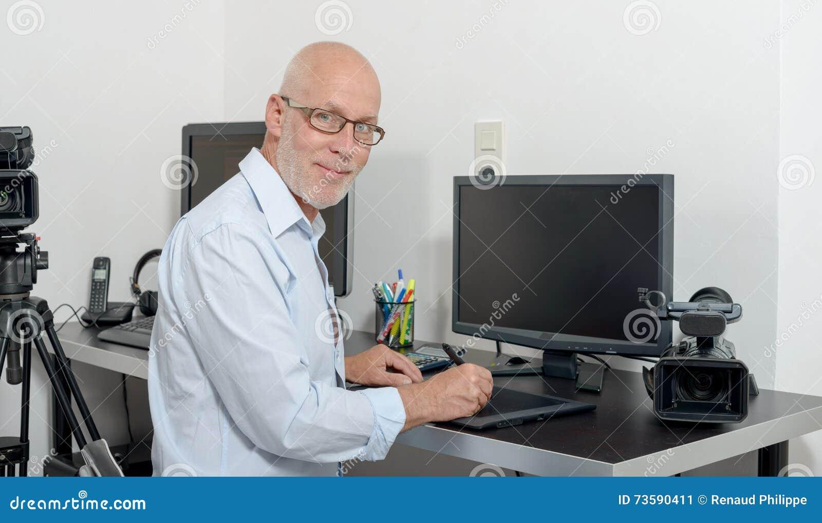 Dorośleć mężczyzna pracuje z jego komputerem