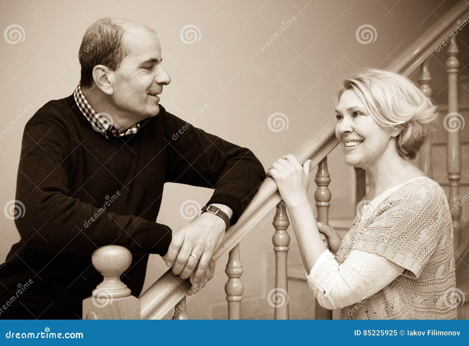 Dorośleć pary pozuje blisko schodków