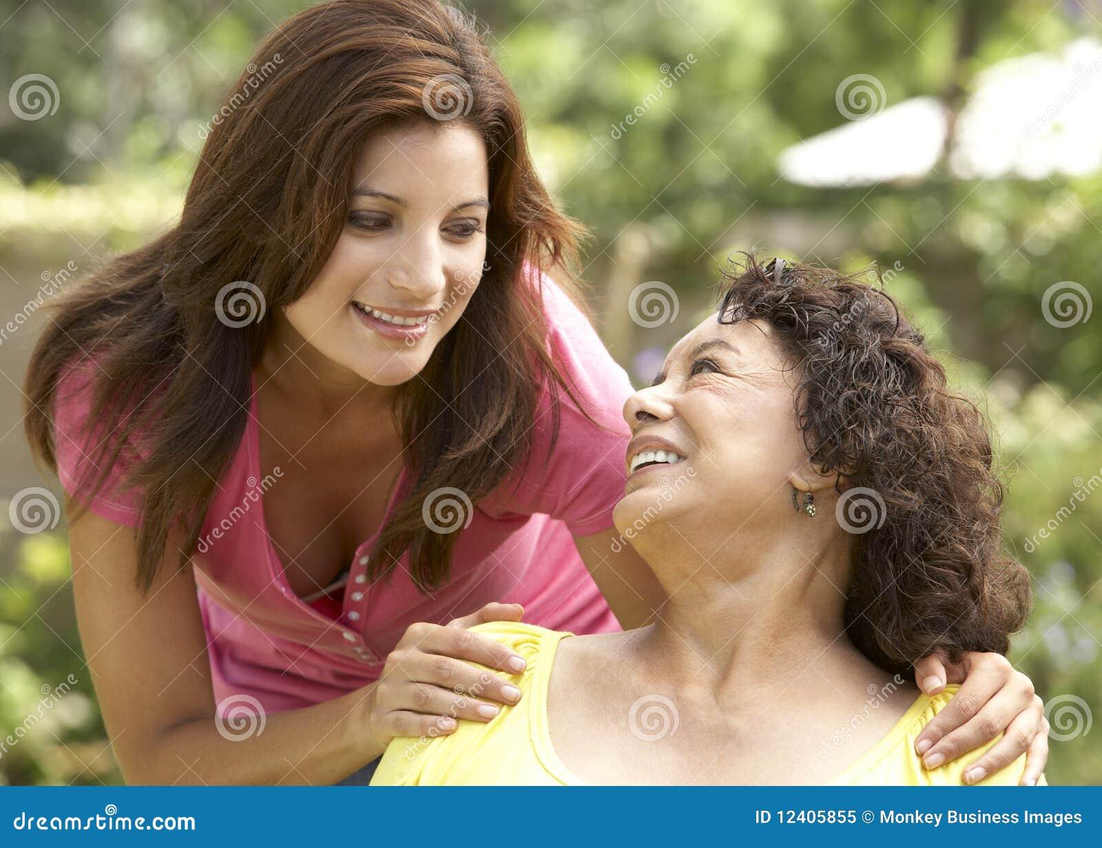 Dorosła córki ogródu seniora kobieta