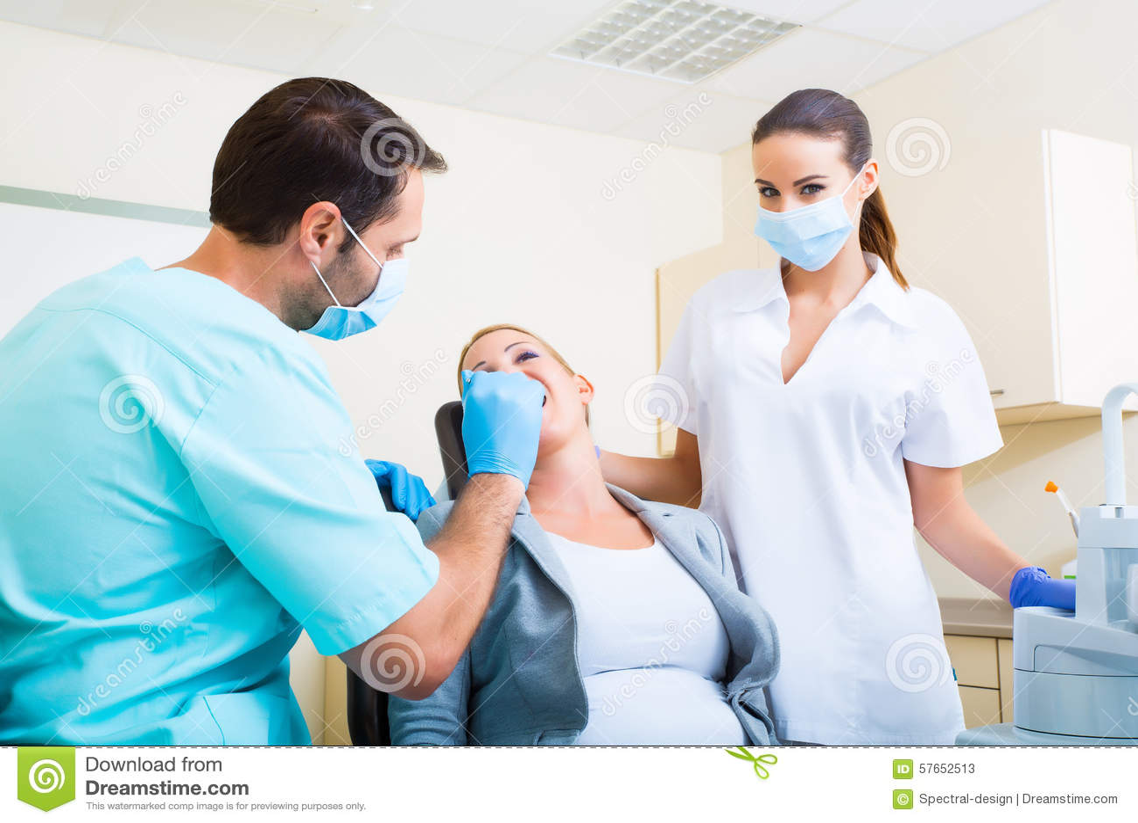 Dorosła kobieta dostaje jej checkup przy dentystą