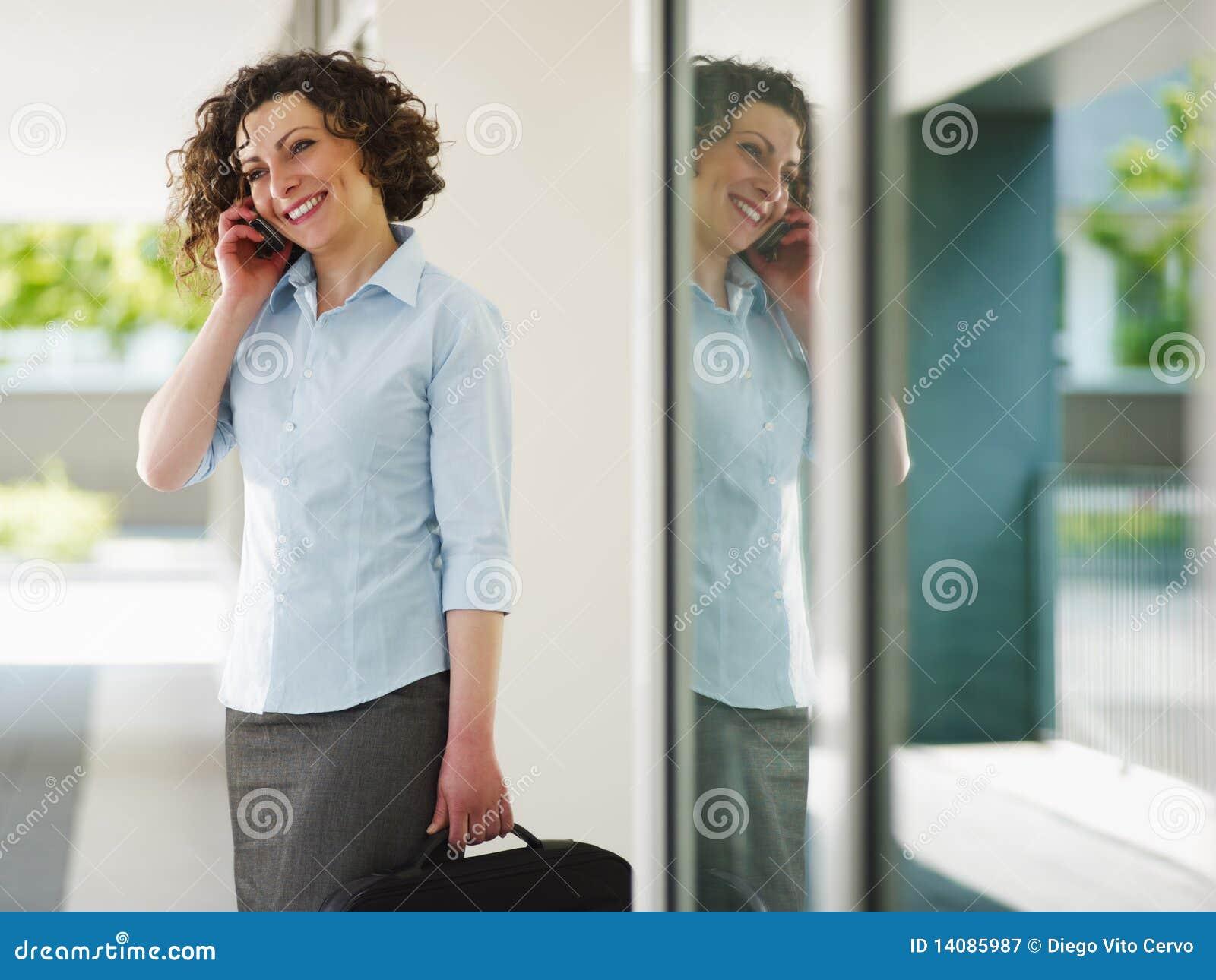 Dorosłego bizneswomanu w połowie telefon