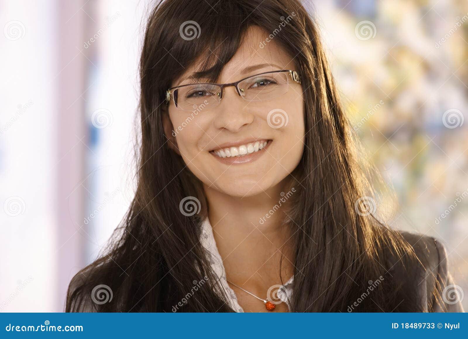 Dorosłego zbliżenia w połowie portreta uśmiechnięta kobieta