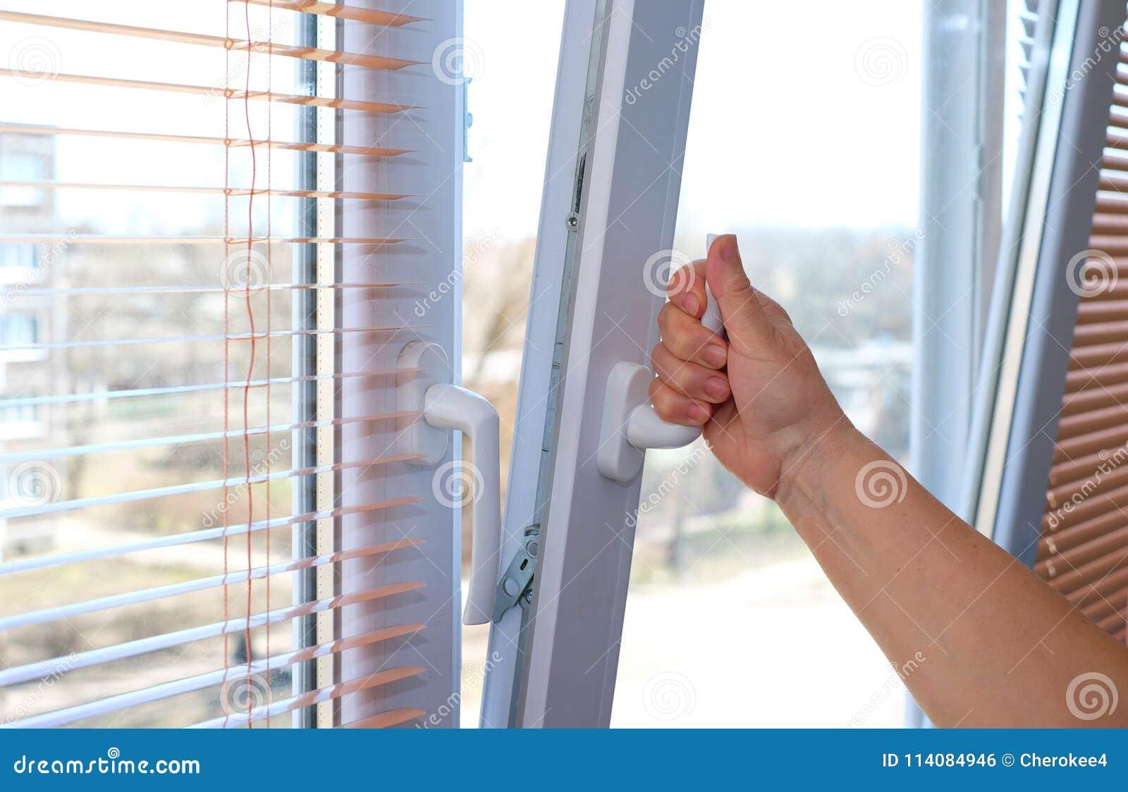 Dorosłej kobiety ` s ręka otwiera okno dla wentylaci