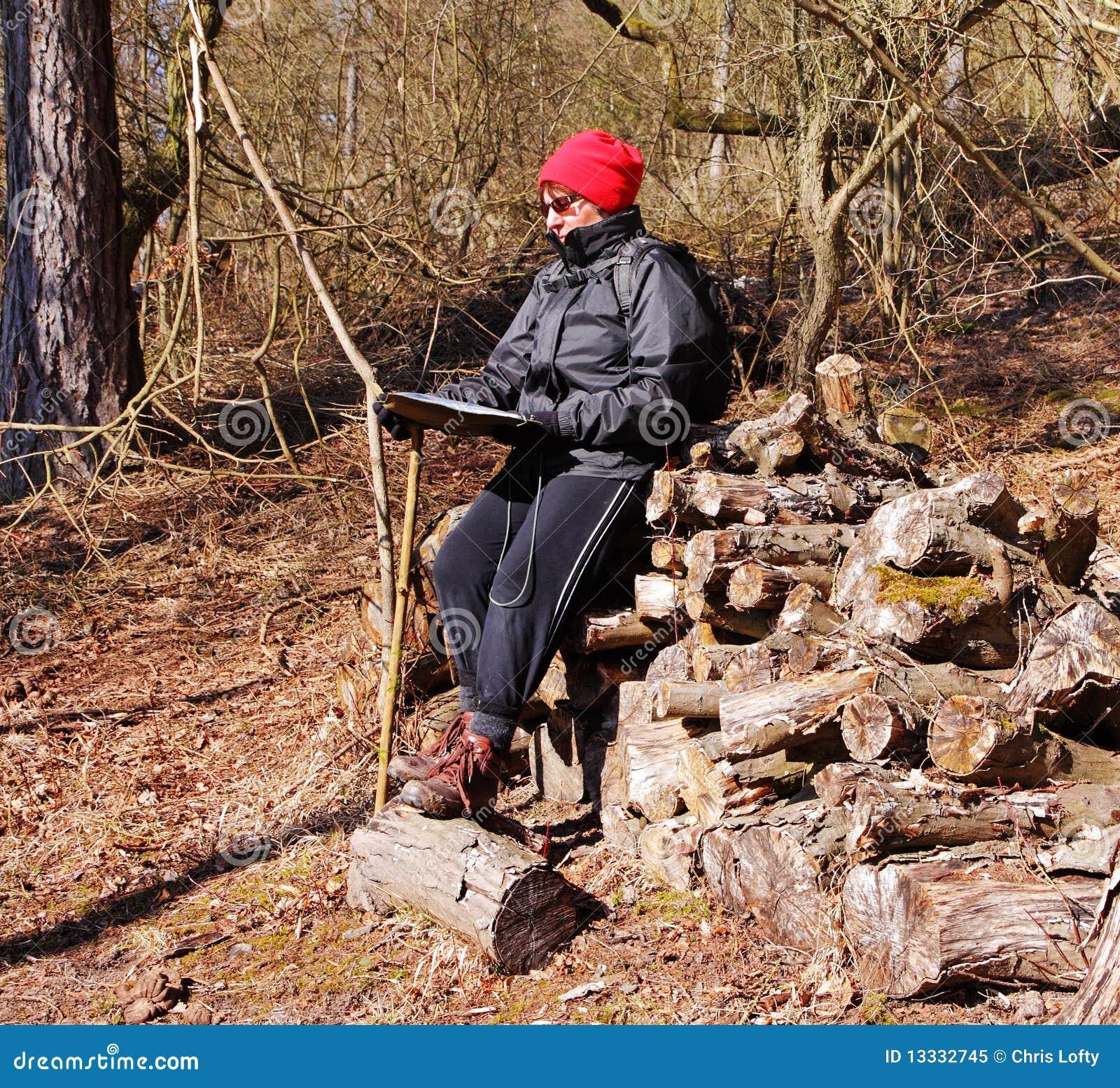 Dorosłej kobiety wycieczkowicza mapy czytanie