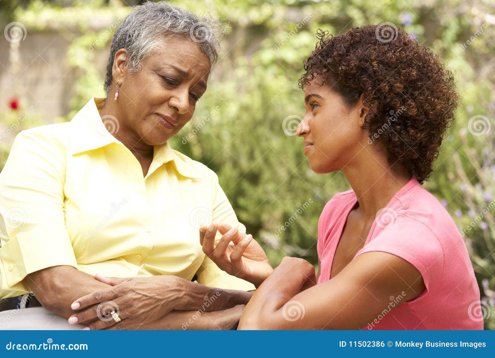 Dorosły kobietą jest pocieszającym córki seniora