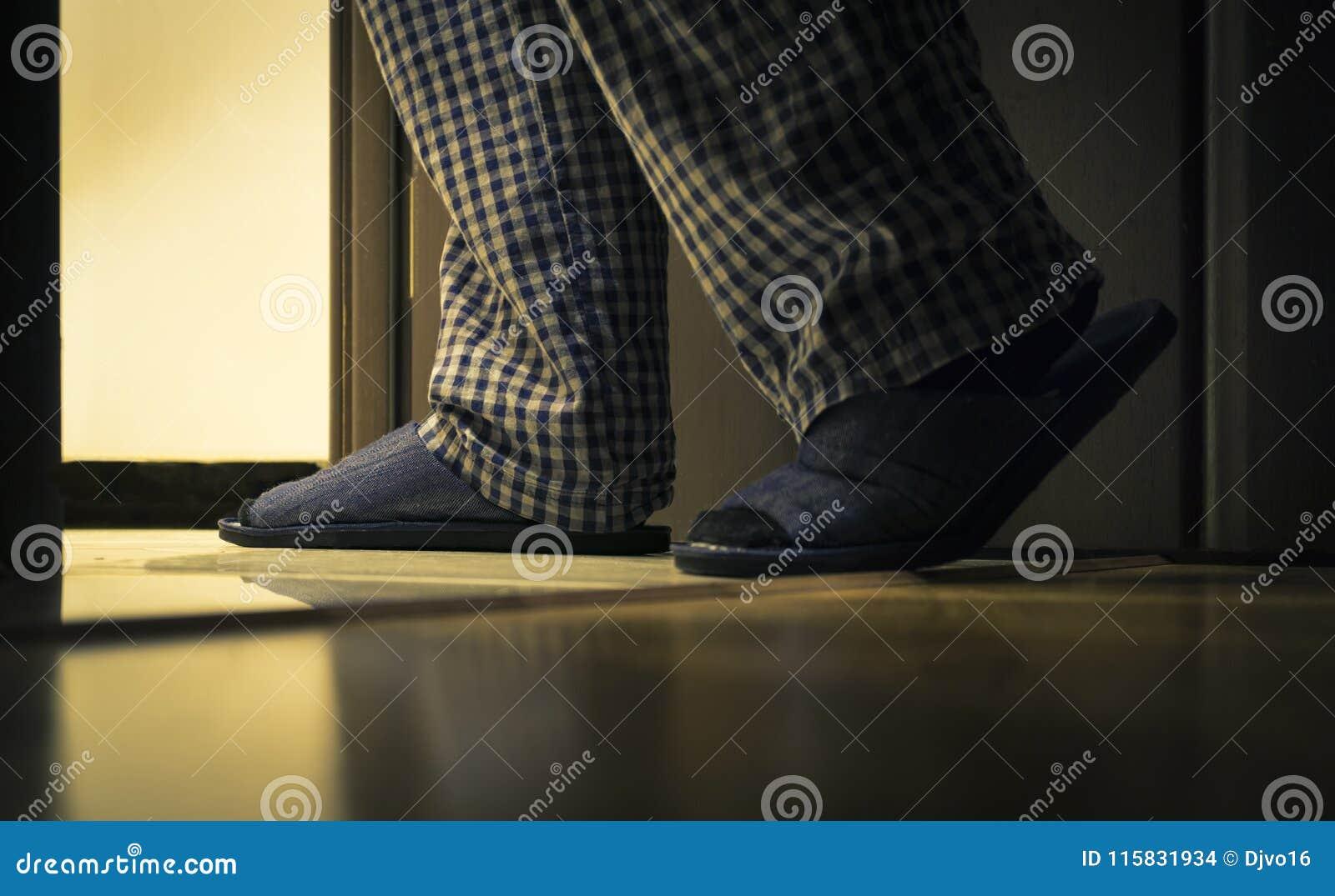 Dorosły mężczyzna w pijamas chodzi łazienka przy nocą Mężczyzna ` s healths pojęcie