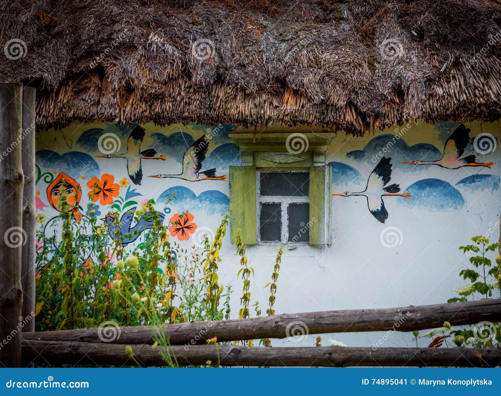Dorpshuis met schilderijen in een volksstijl