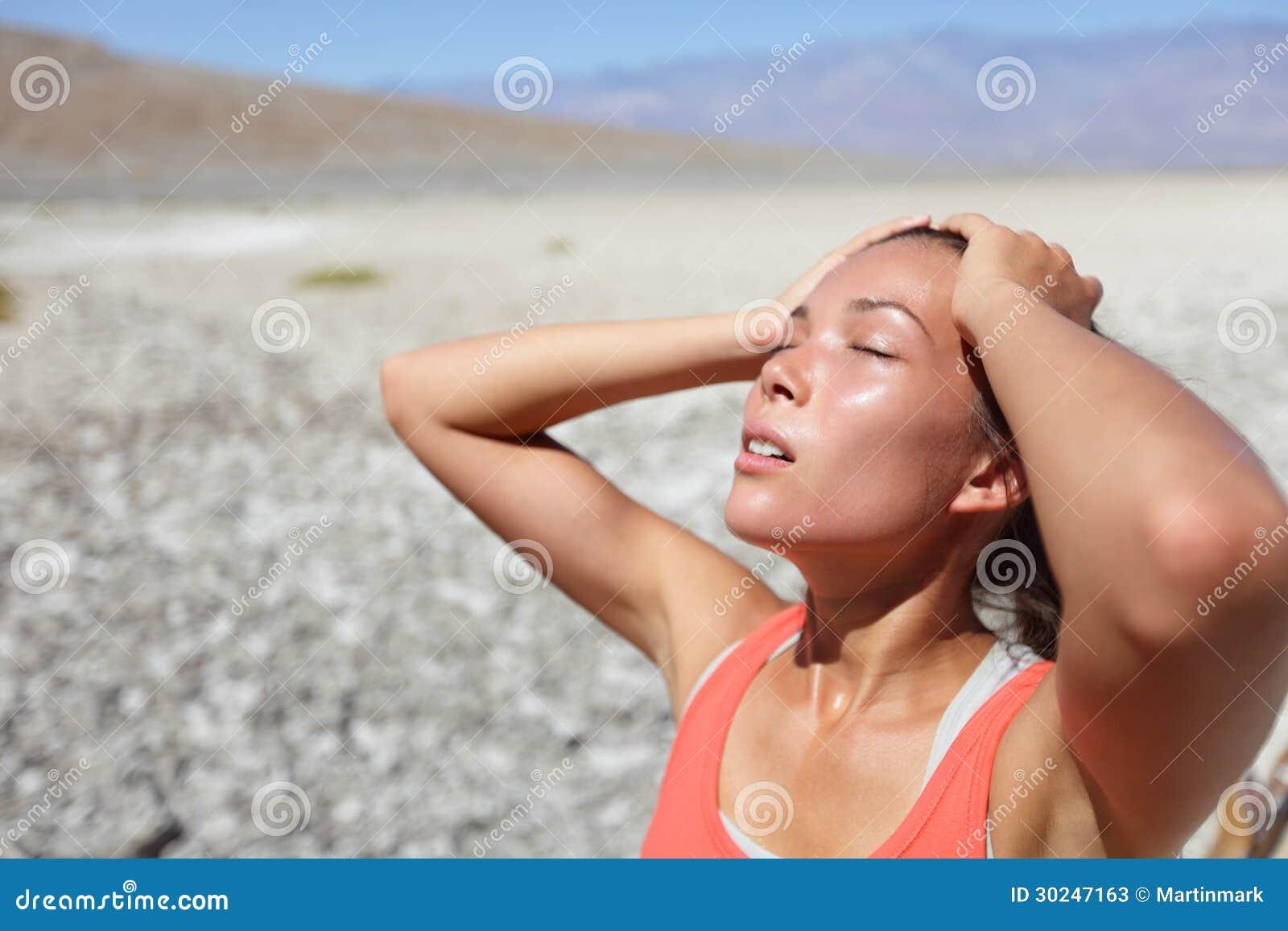 Dorstige de vrouw van de woestijn ontwaterd in de Vallei van de Dood
