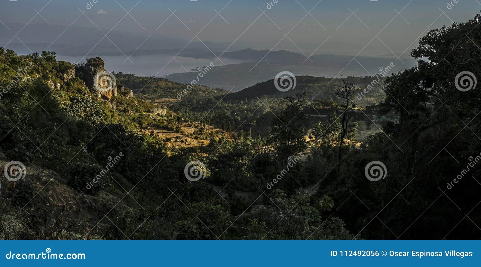 Dorze by in mot sjön Abaya ethiopia