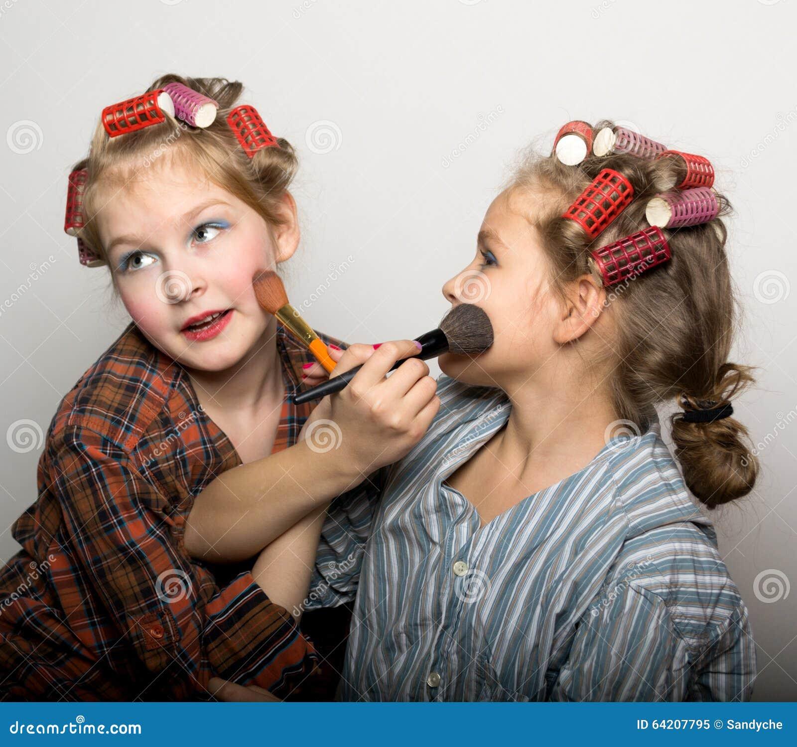 Dos adolescentes juguetones delante de un ojo