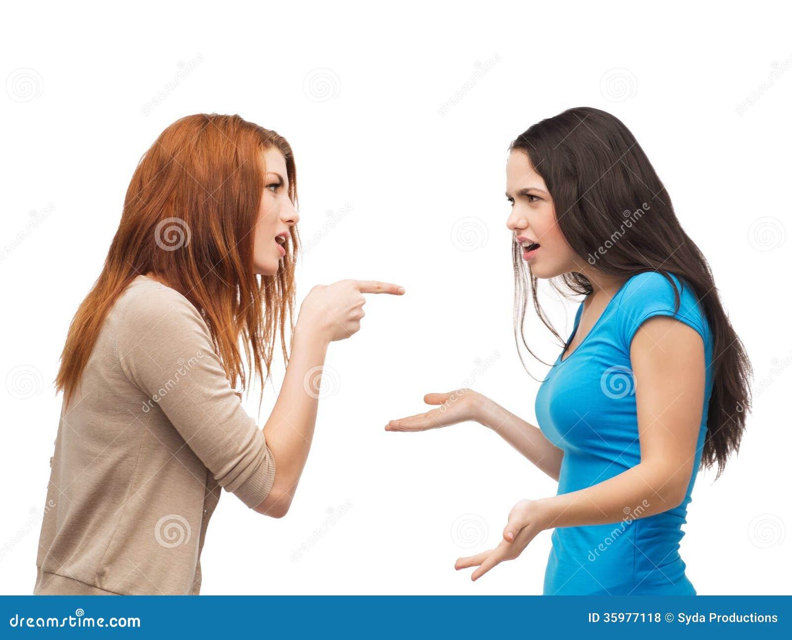 Dos adolescentes que tienen una lucha