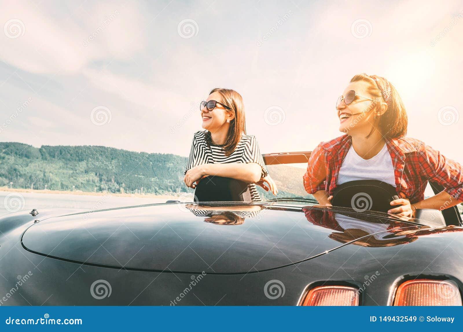 Dos amigos de las hembras que viajan en cabriol?, tienen un freno de la parada para disfrutar de landsxapes de una monta?a