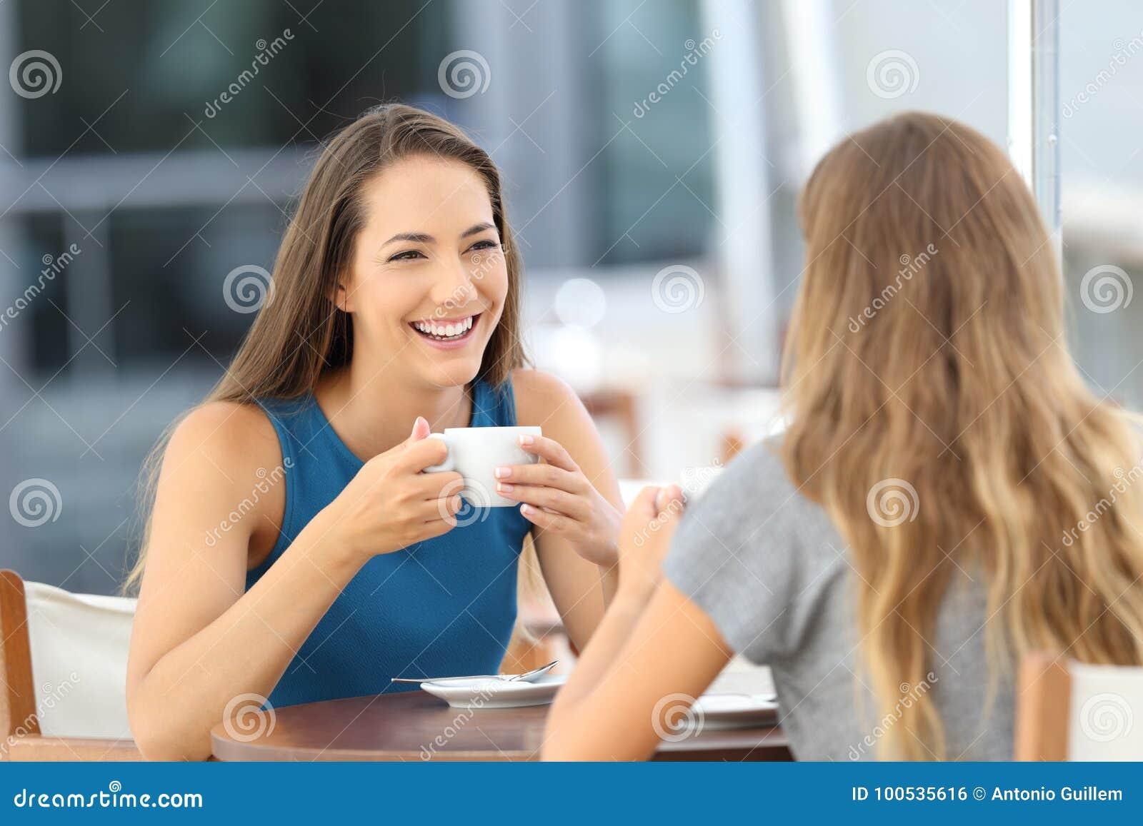 Download Dos Amigos Felices Que Tienen Una Conversación Casual Foto de archivo - Imagen de café, ocasional: 100535616