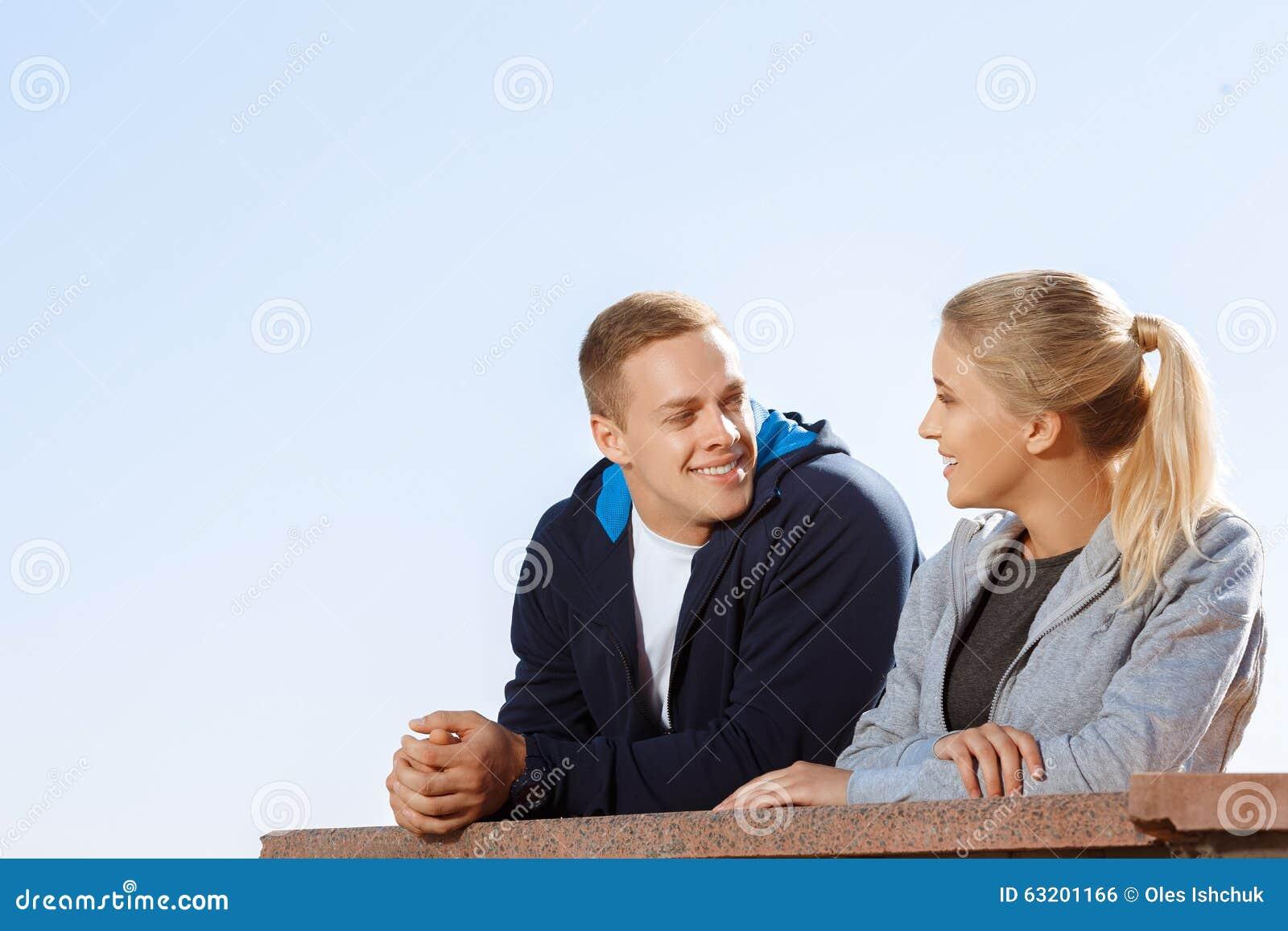 Dos amigos que hablan durante una rotura