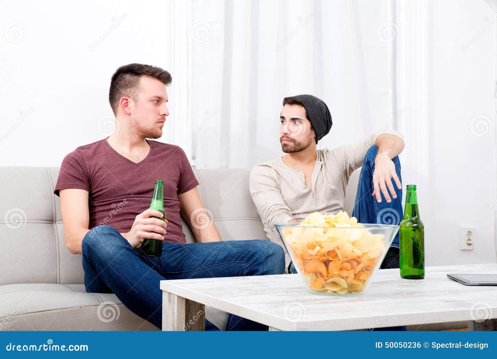 Diferencia Entre Una Sala Y Una Sala De Estar ~ Dos Amigos Que Tienen Una Conversación En La Sala De Estar Foto de