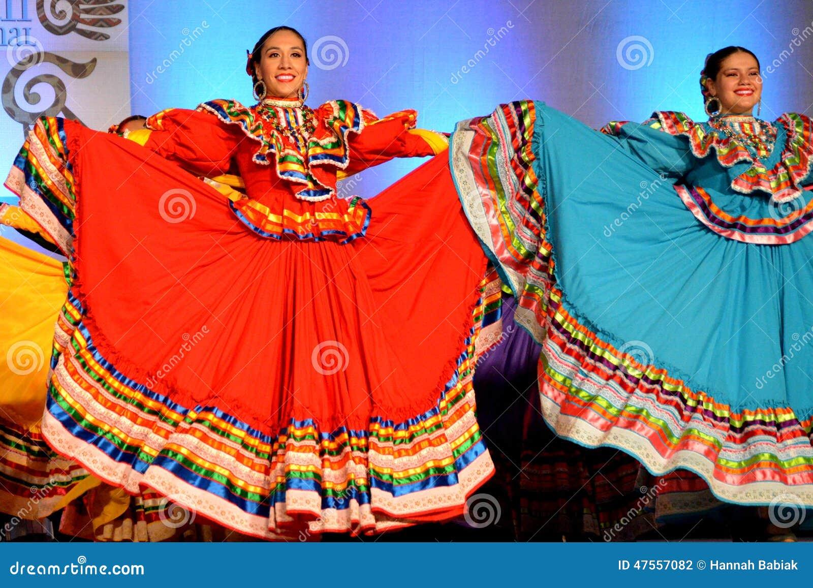 Dos bailarines mexicanos de sexo femenino