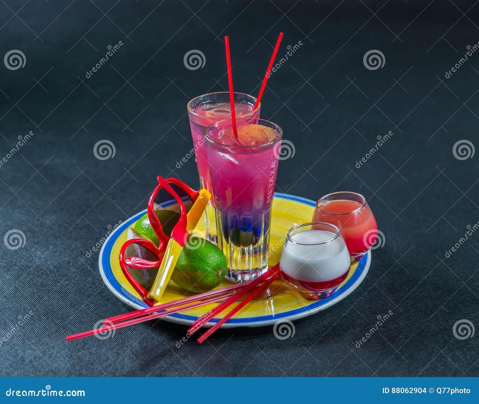 Dos bebidas coloreadas, una combinación de azul marino con púrpura,