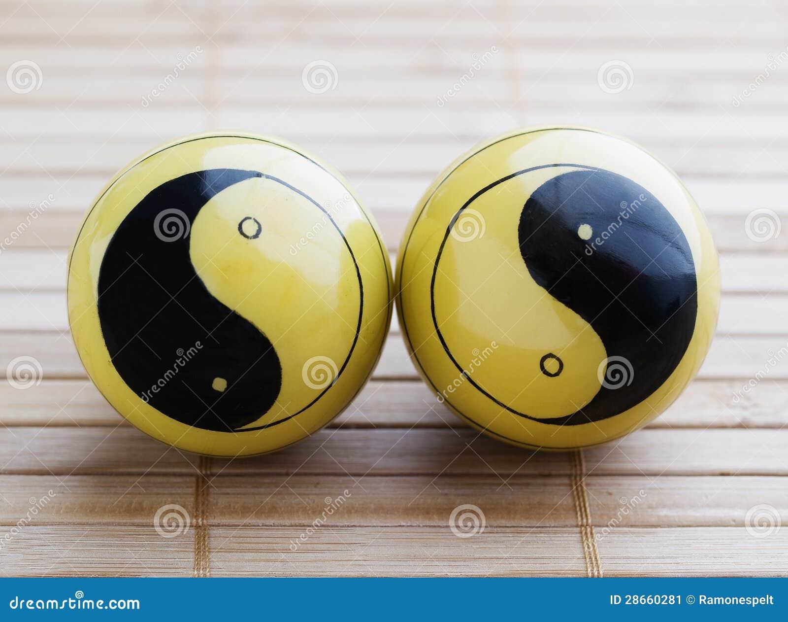 Dos bolas de baoding con el símbolo de yang del yin