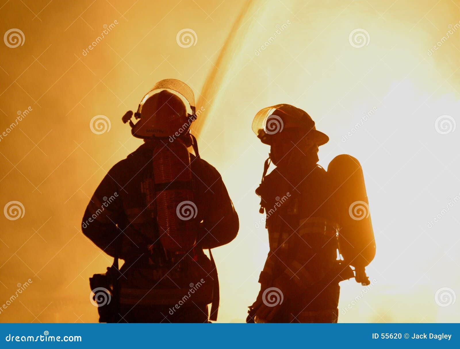 Dos bomberos en el fuego que rabia