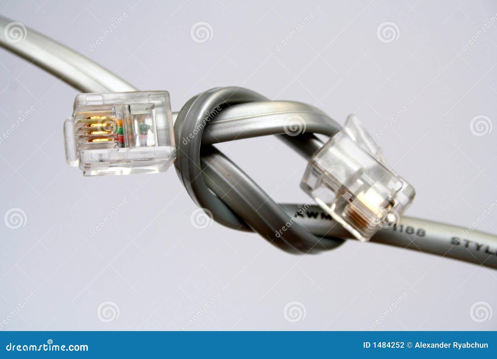 Dos cables para la transmisión de datos con las extremidades anudadas