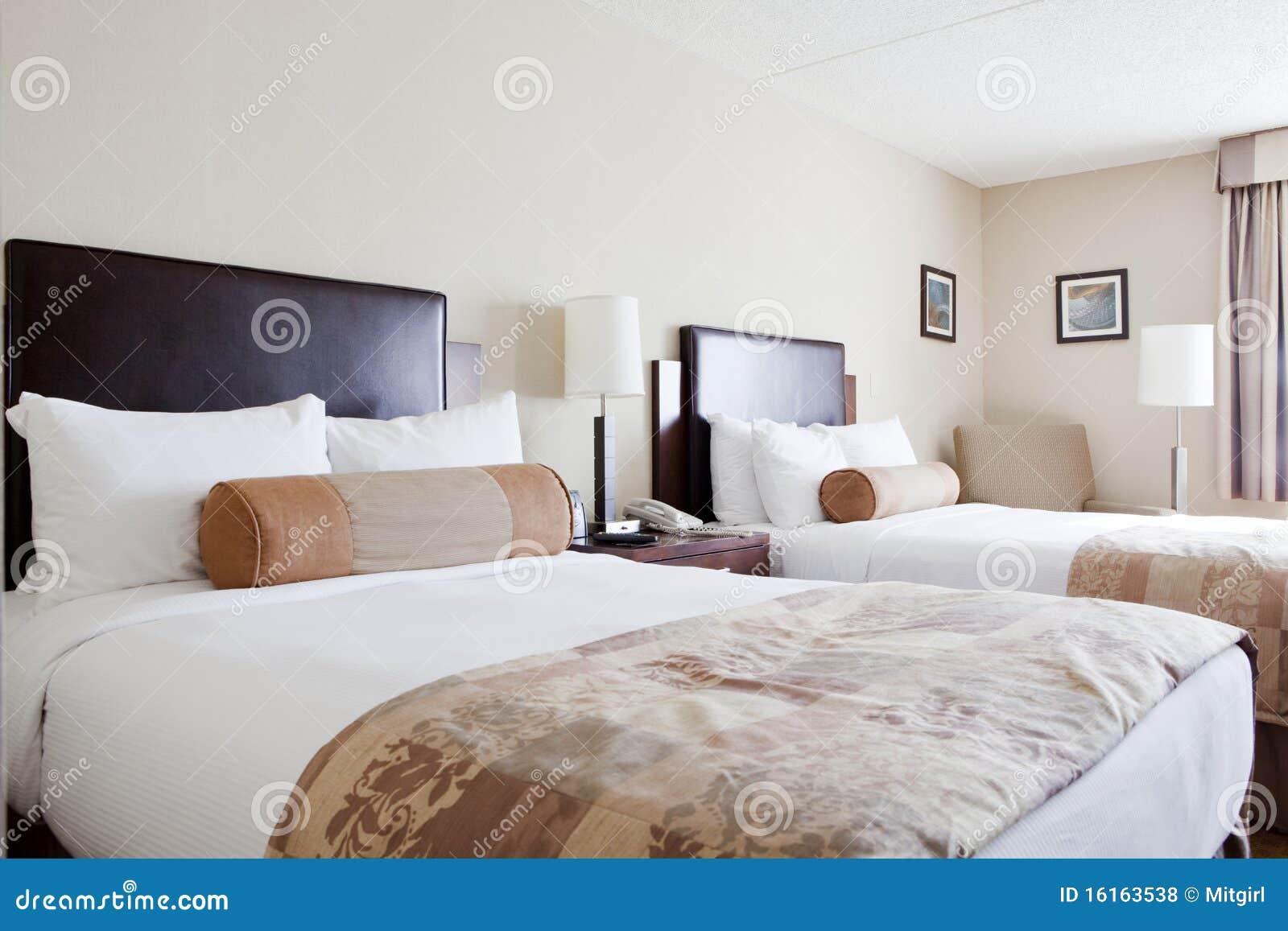 Dos camas matrimoniales en un dormitorio fotos de archivo - Dormitorio dos camas ...