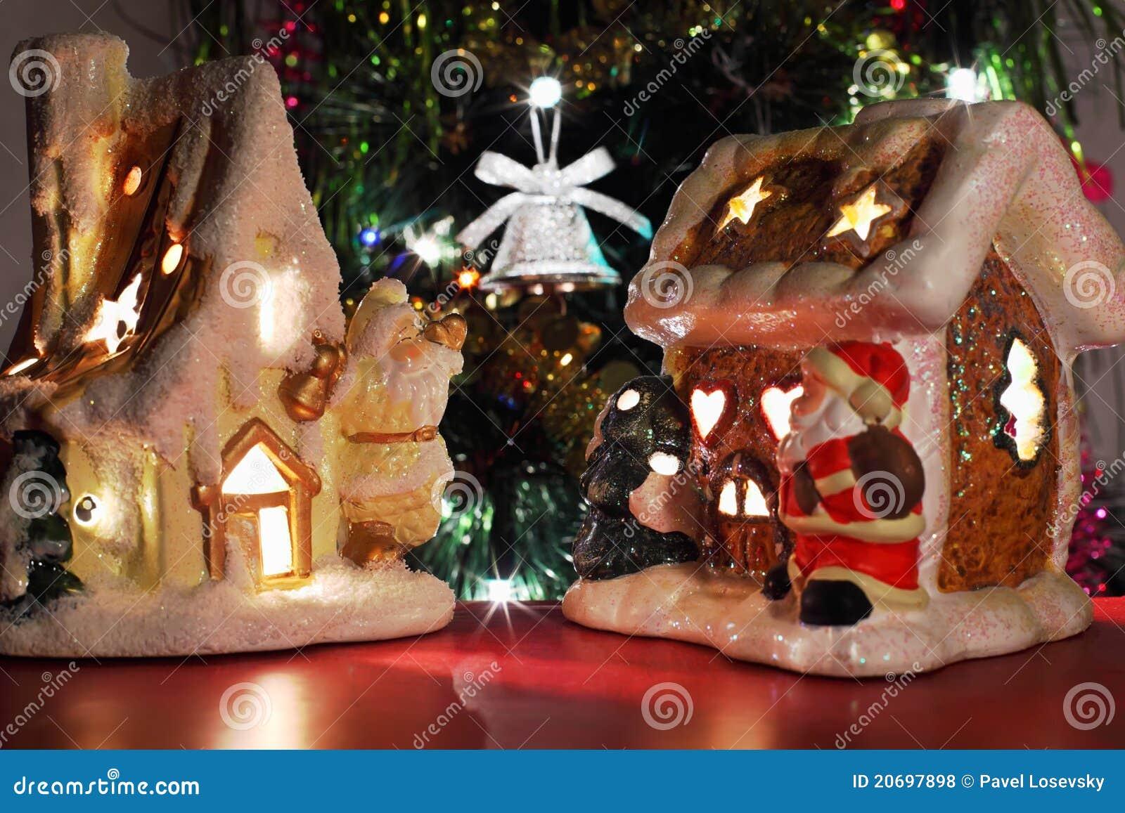 Dos casas decorativas del juguete de la navidad foto de - La casa de la navidad ...