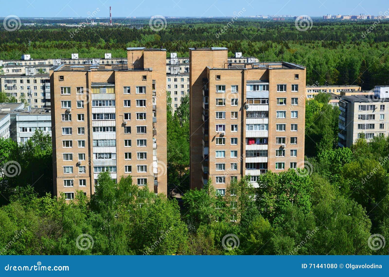 Dos casas del ladrillo en la vista superior del distrito administrativo de Zelenograd, Moscú