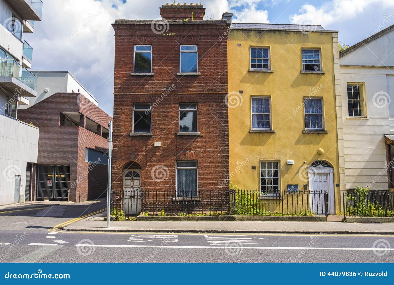 Dos casas viejas en el centro de ciudad de Dublín, Irlanda