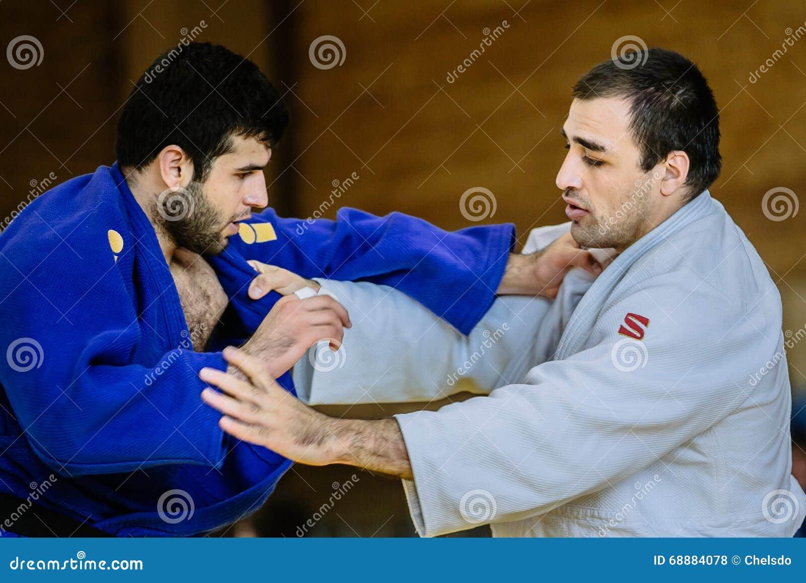 Dos categorías del peso pesado del judo de los combatientes