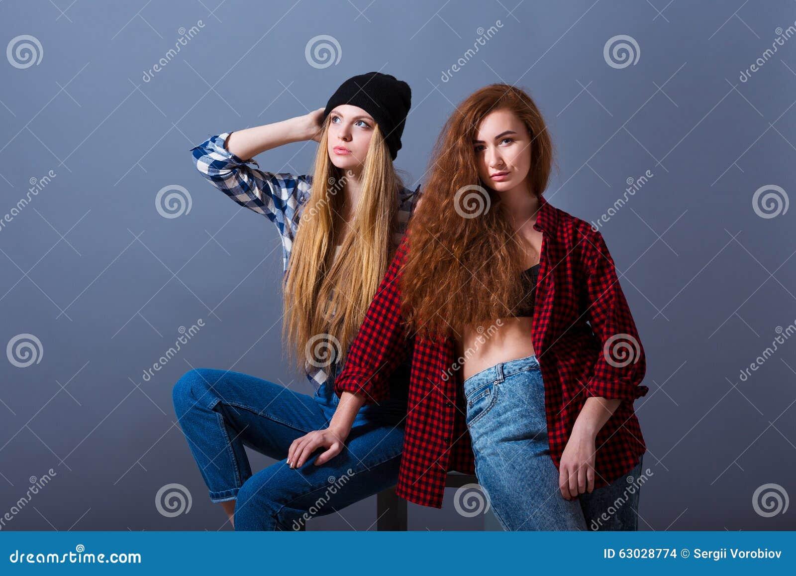 dos chicas jvenes atractivas hermosas en vaqueros moda