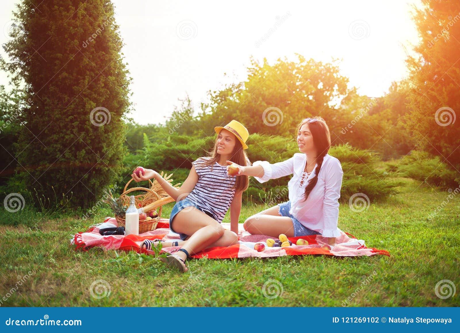 199b5113003b Dos Chicas Jóvenes Hermosas En Una Comida Campestre En El Verano En ...