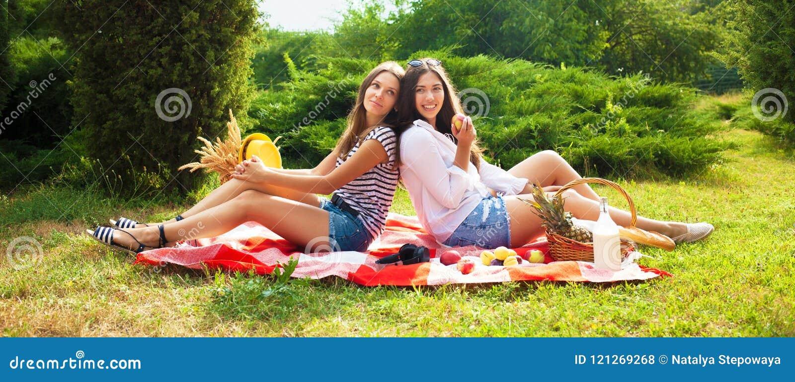 01bc8ce78cf7 Dos Chicas Jóvenes Hermosas Se Están Sentando En Una Comida ...