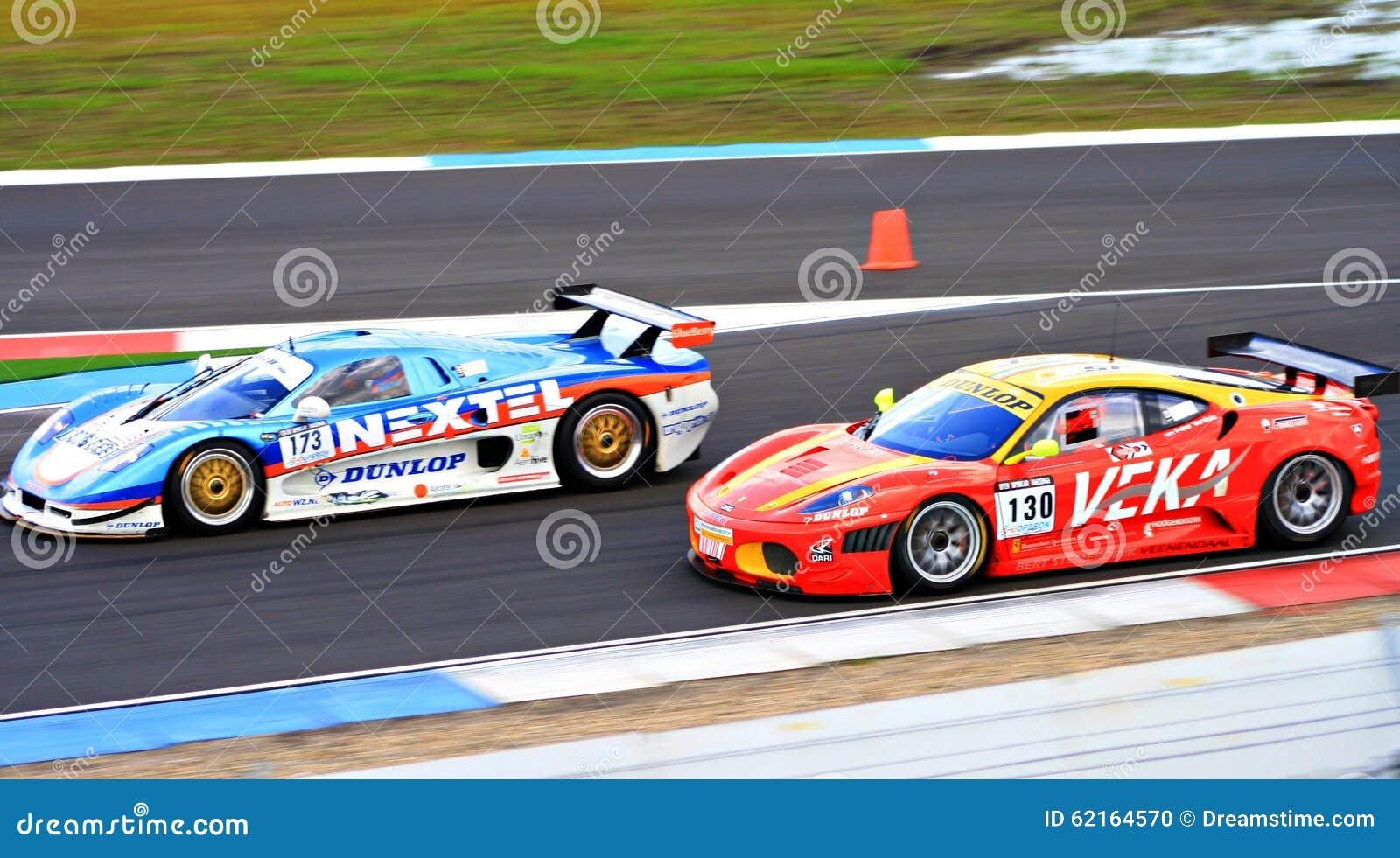 Circuito Holanda : Dos coches de carreras en el circuito assen drente holanda los