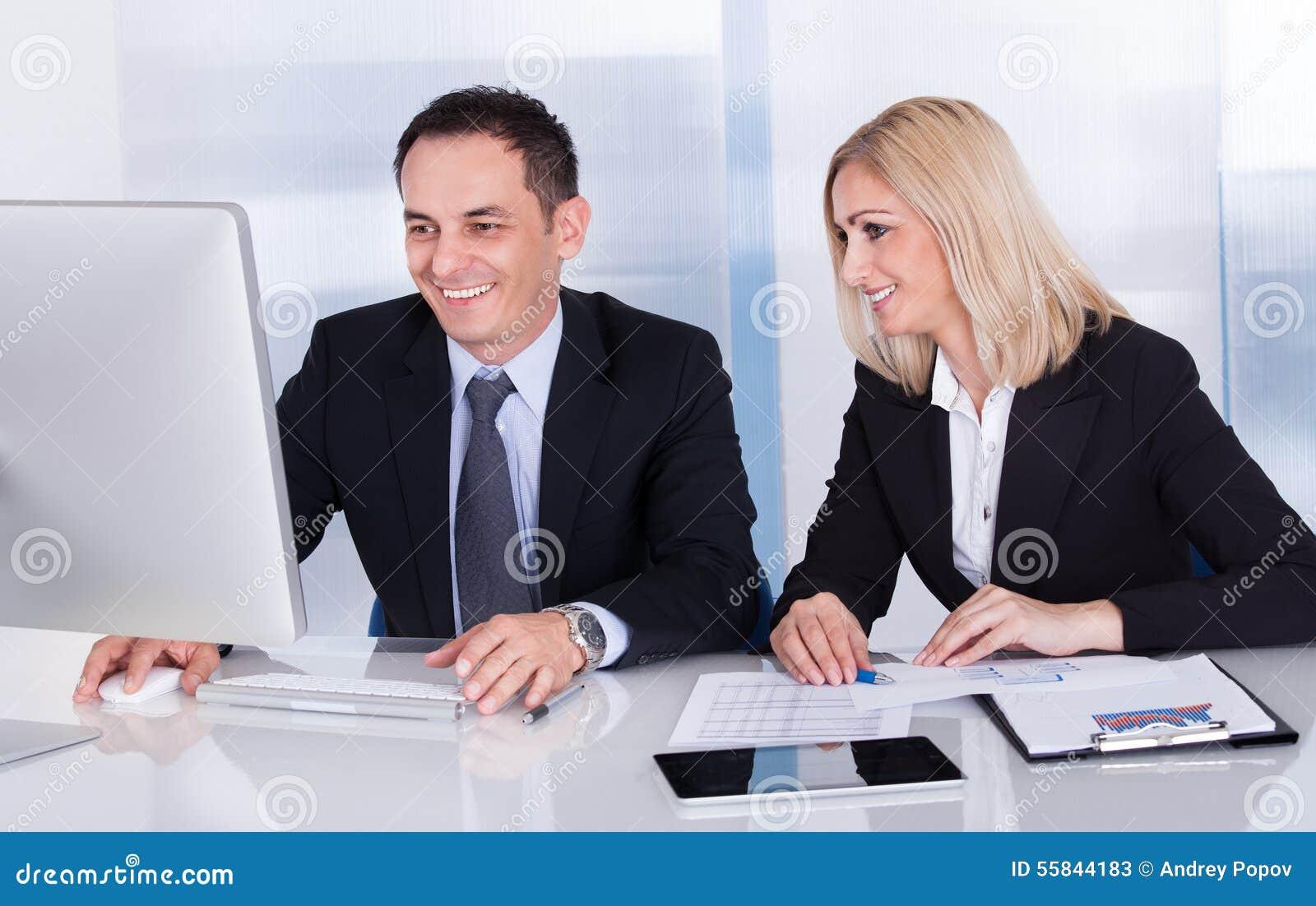 Dos colegas felices del negocio en la oficina
